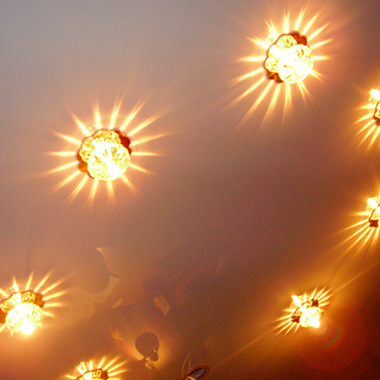 Выбираем светильники для натяжного потолка